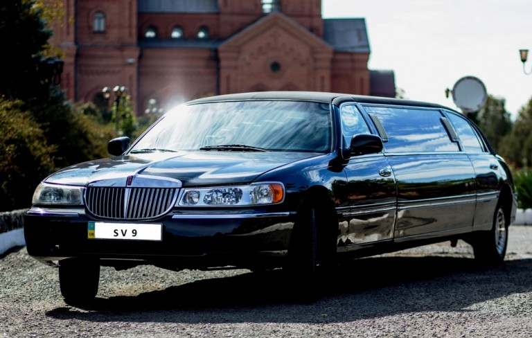 Limuzin-Lincoln-Town-Car